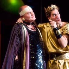 színházi jelmez kivitelezés a Kegyenc c. előadásból