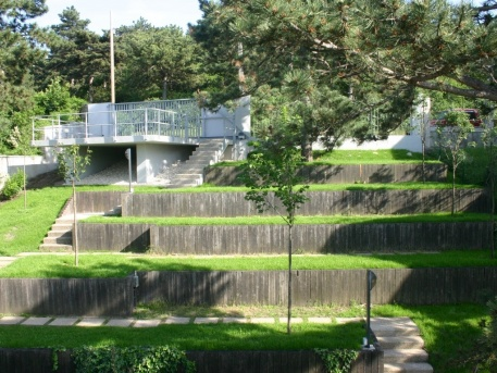 A villa teraszos kialakítású kertje