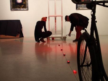 Minyó a fénykerékpározást készíti elő lányával, Szert Lilivel (forrás: Librarius)