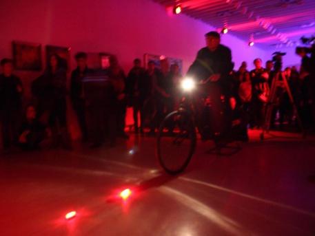"""Minyó a """"fénykerékpáron"""" (forrás: Librarius)"""