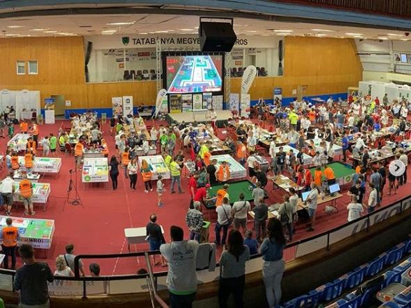Robotépítők a tatabányai versenyen (forrás: wro.hu)