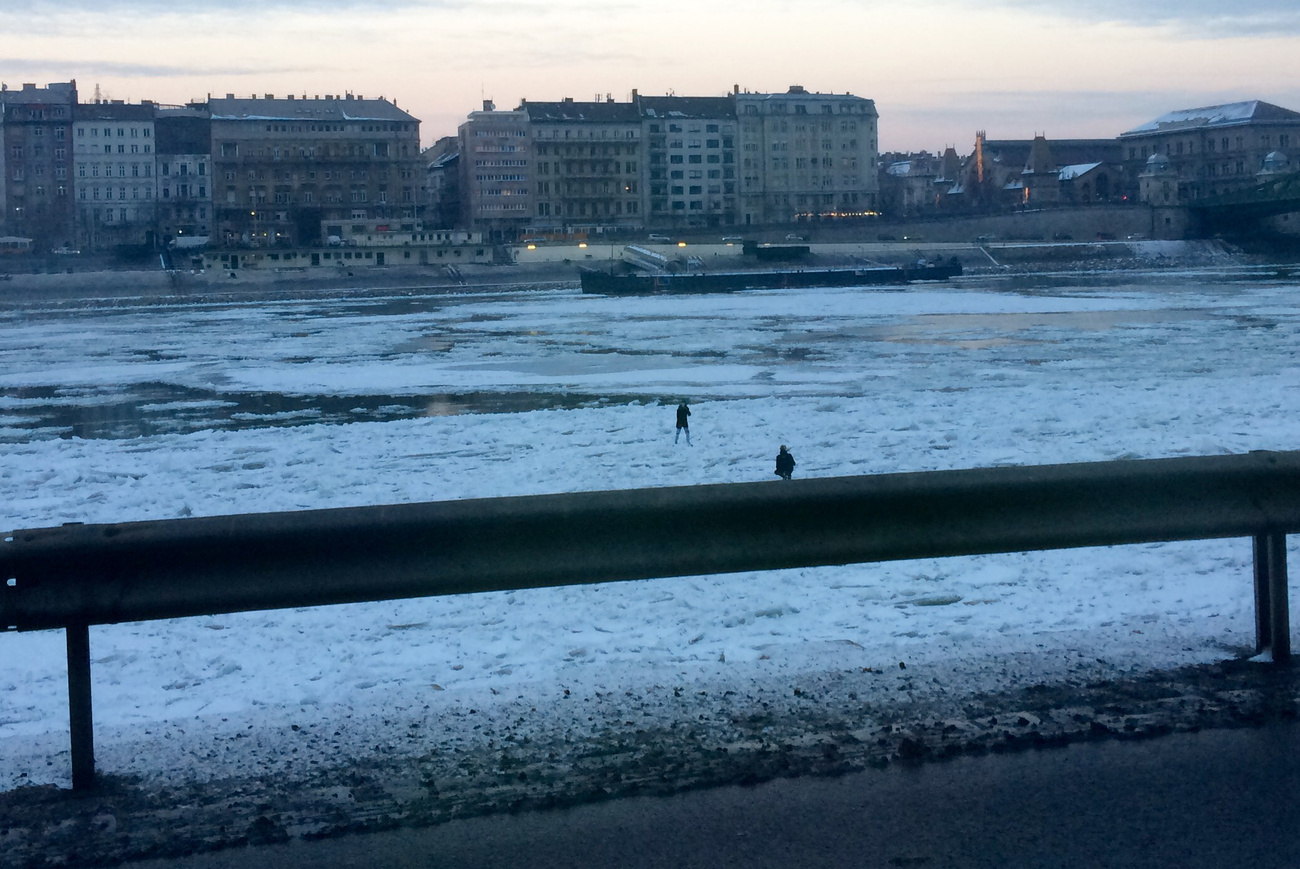 Emberek a jégen, fotó: Index