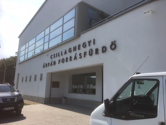 A Csillaghegyi Árpád Forrásfürdő frontépülete (fotó: ittlakunk.hu)