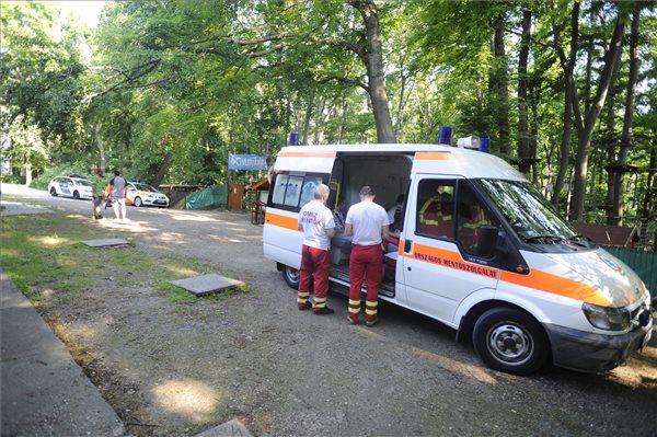 A balesethez kivonuló mentők (forrás: MTI)