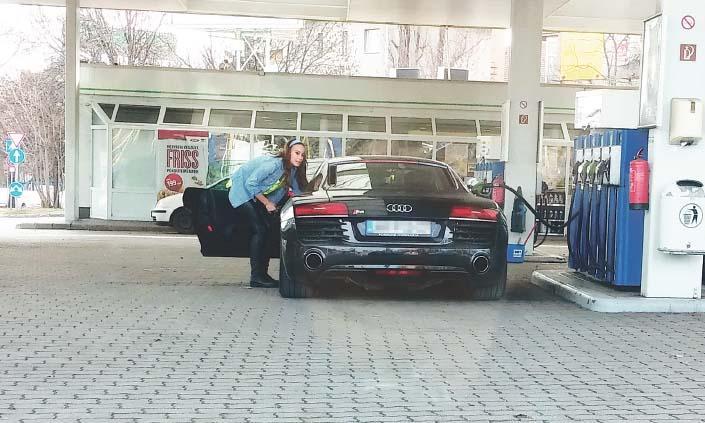 Vajna Timi Audiját tankolja (forrás: a Blikk olvasója)